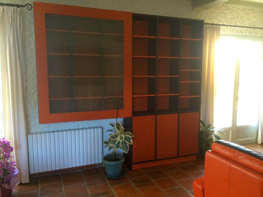 Bibliothèque en médium teinté dans la masse avec porte coulissante vitrée