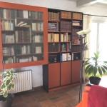 Bibliothèque vitrée en medium teinté dans la masse orange