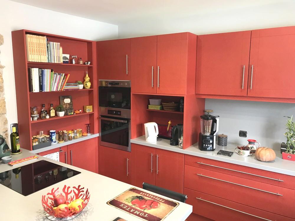 Cuiisne en medium teinté dans la masse rouge et corian