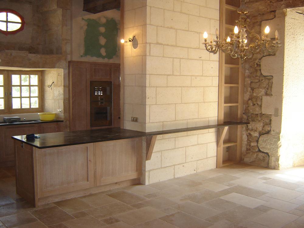 Cuisine en chêne finition chaulé et vernis - Plan de travail en granit - 2