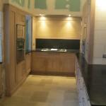 Cuisine en chêne finition chaulé et vernis - Plan de travail en granit - 3