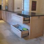 Cuisine en chêne finition chaulé et vernis - Plan de travail en granit - 4