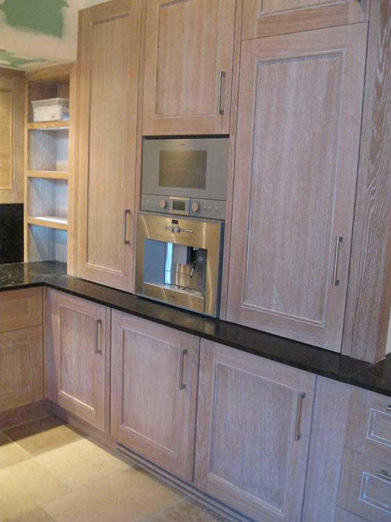 Cuisine en chêne finition chaulé et vernis - Plan de travail en granit - 5