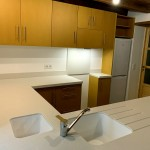 Cuisine en valchromat jaune avec plan de travail en corian linen (3)