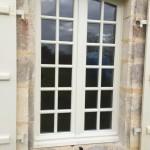 Fenêtre à l'ancienne avec double vitrage et petits bois effet mastiqué