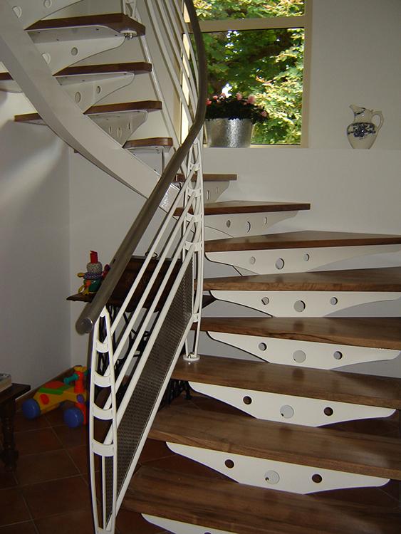 Habillage d'escalier métallique avec marches en noyer - 2