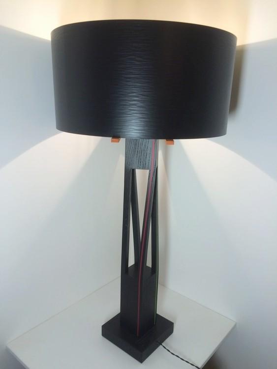 Lampe contemporaine en bois laqué