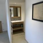 Meuble de salle de bain en peuplier, plan de travail mine en corian avec cadre miroir chêne