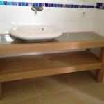 Meuble vasque pouvant recevoir sous verre sable et coquillages