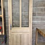 Porte d'entrée avec panneau haut cannellé avec cornichette, soubassement avec 2 panneaux verticaux platebandes