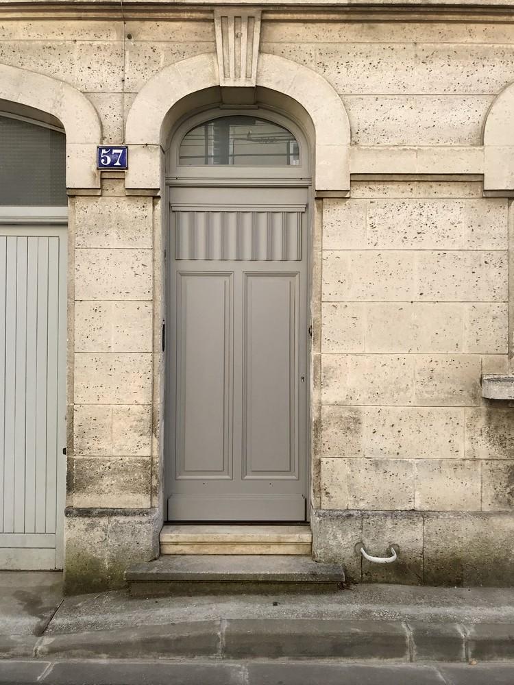 Porte d'entrée de ville avec panneau plis serviettes