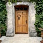 Porte d'entrée en chêne, de style avec moulures tarabiscotées et imposte en arc surbaissé avec médaillon (2)