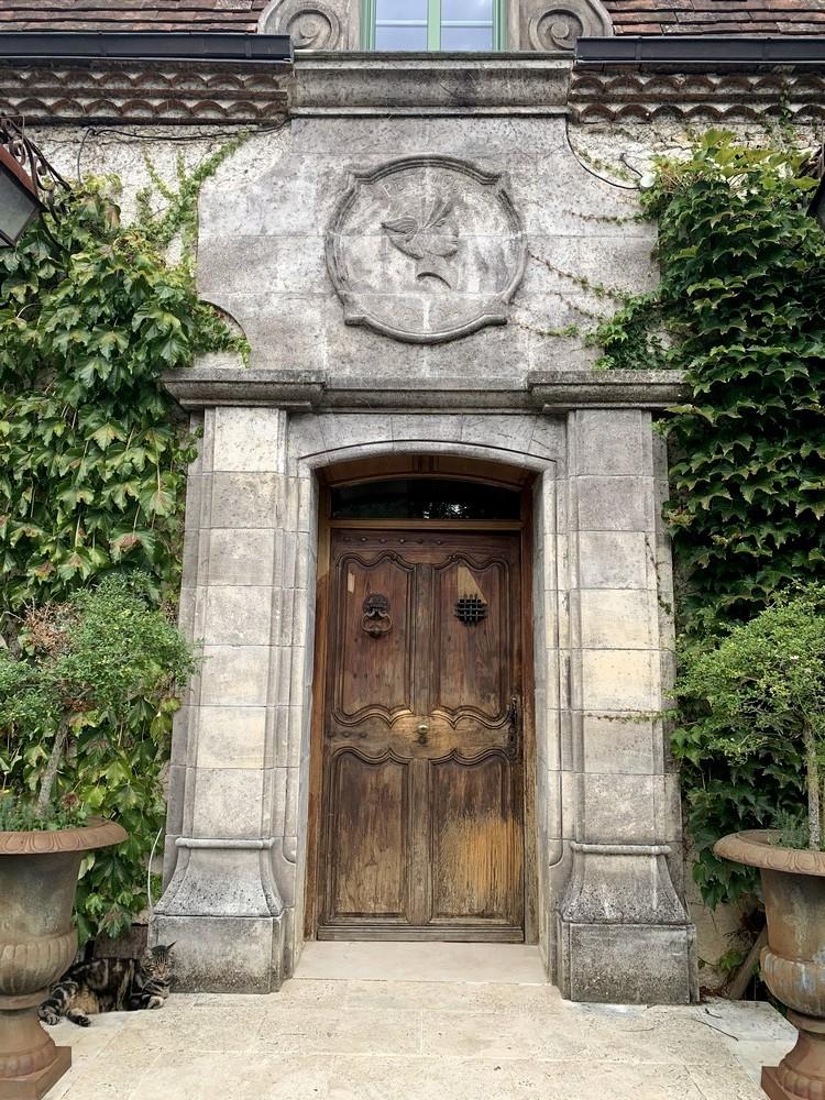 Porte d'entrée en chêne, de style avec moulures tarabiscotées et imposte en arc surbaissé avec médaillon (avant)