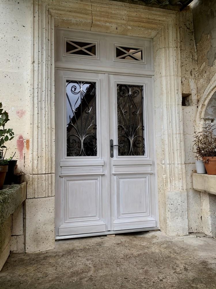 Porte d'entrée maison charentaise avec châssis ouvrant sur battant (2)