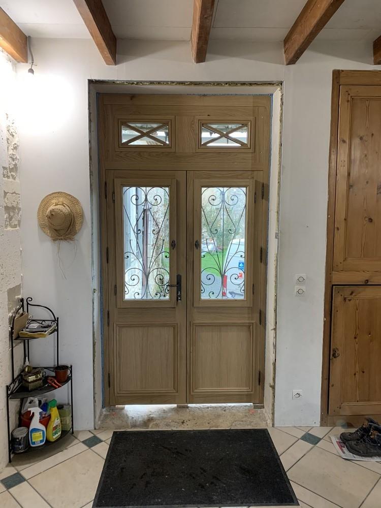 Porte d'entrée maison charentaise avec châssis ouvrant sur battant (3)