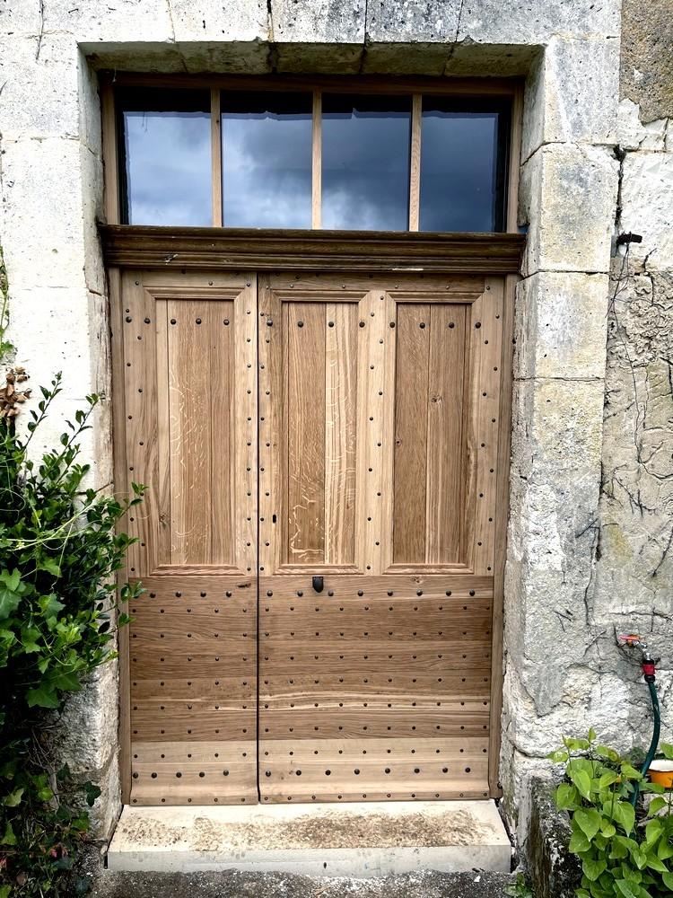 Porte d'entrée périgourdine cloutée (1)