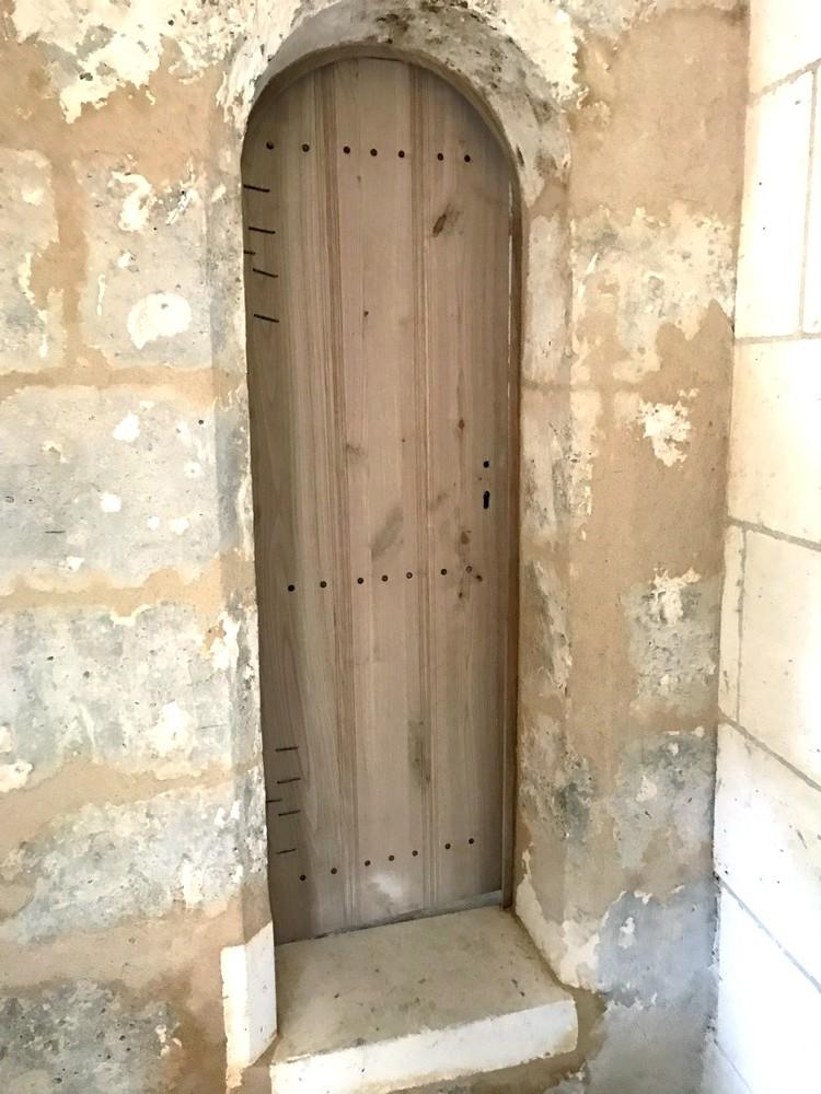 Porte en planche avec barres transversales chanfreinées, clouées retournées