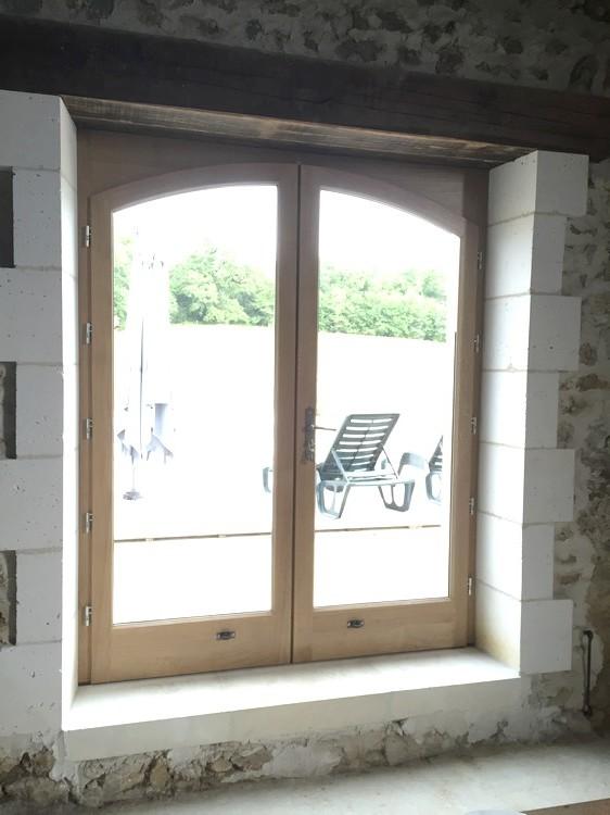 Porte-fenêtre cintrée avec souabassement bas