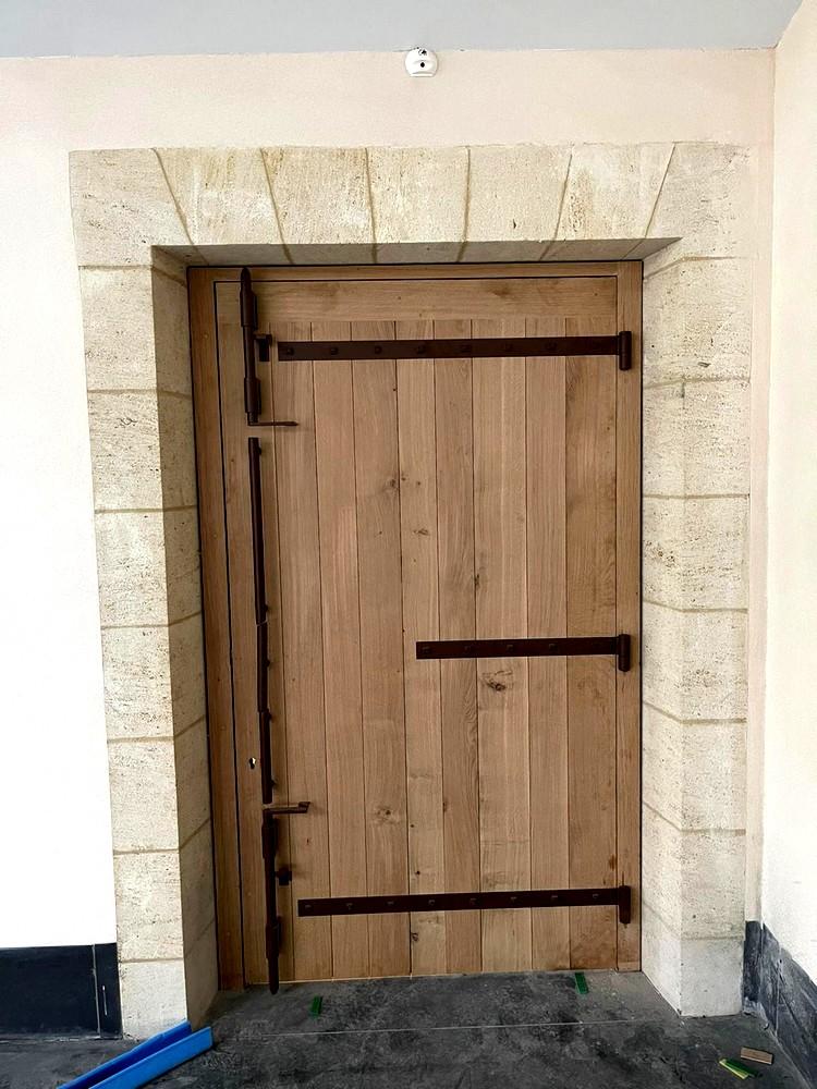 Porte intérieure à lames larges, à clés mortaisées