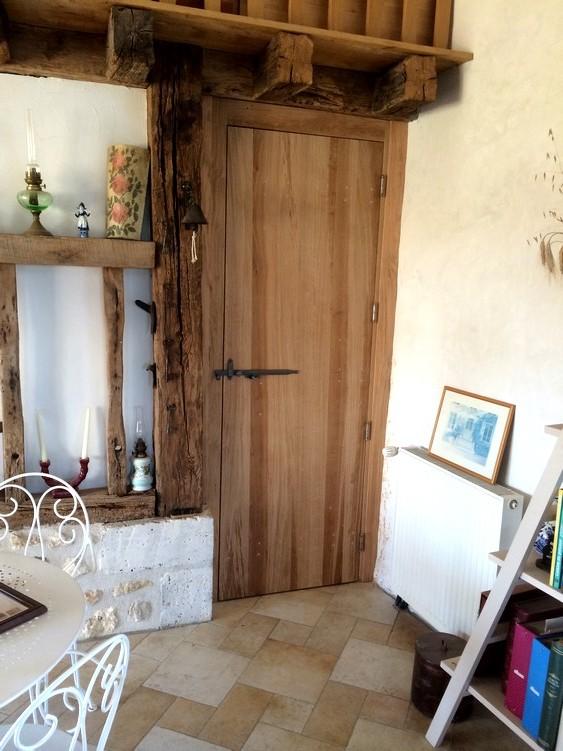 Porte intérieure à lames verticales avec clenche