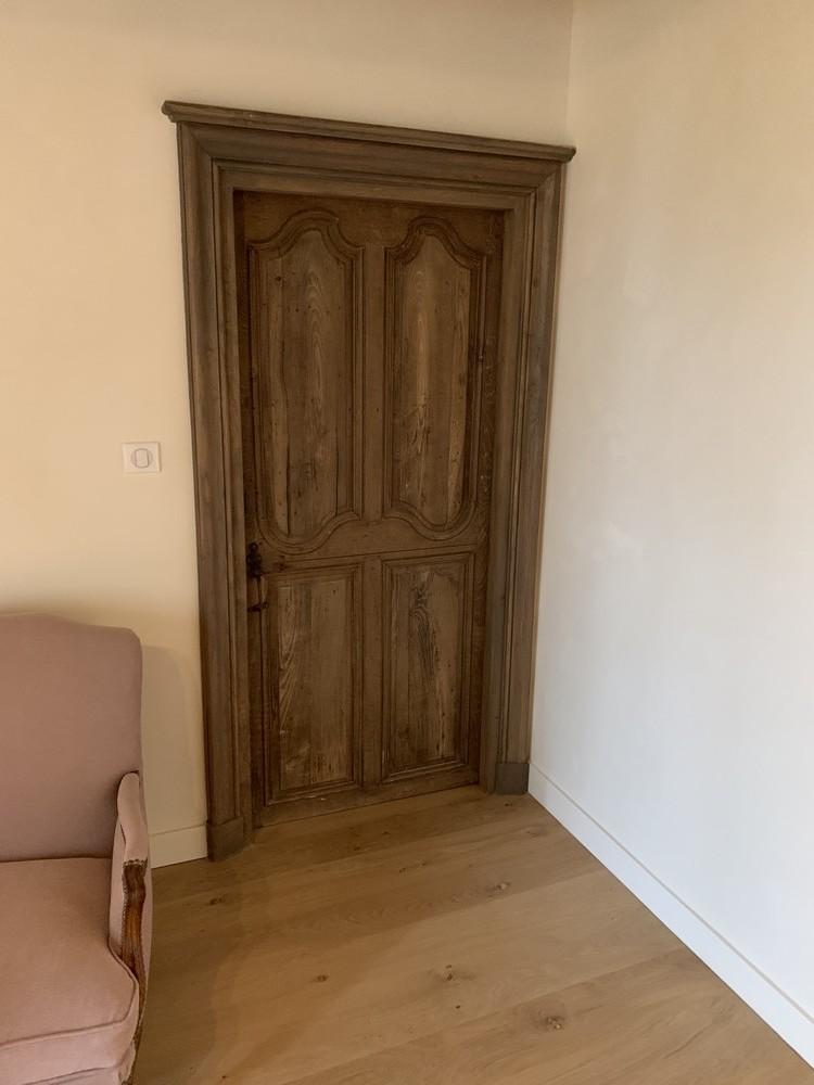 Restauration d'une porte ancienne avec réfection des chambranles