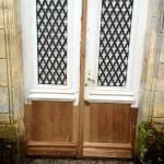 Porte après restauration : changement de l'ensemble des soubassements refaits à l'identique