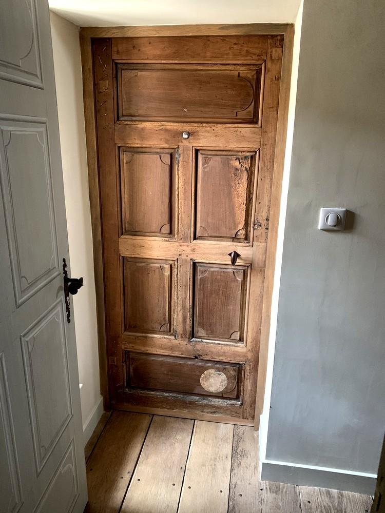Restauration d'une porte en noyer et réfection de son huisserie