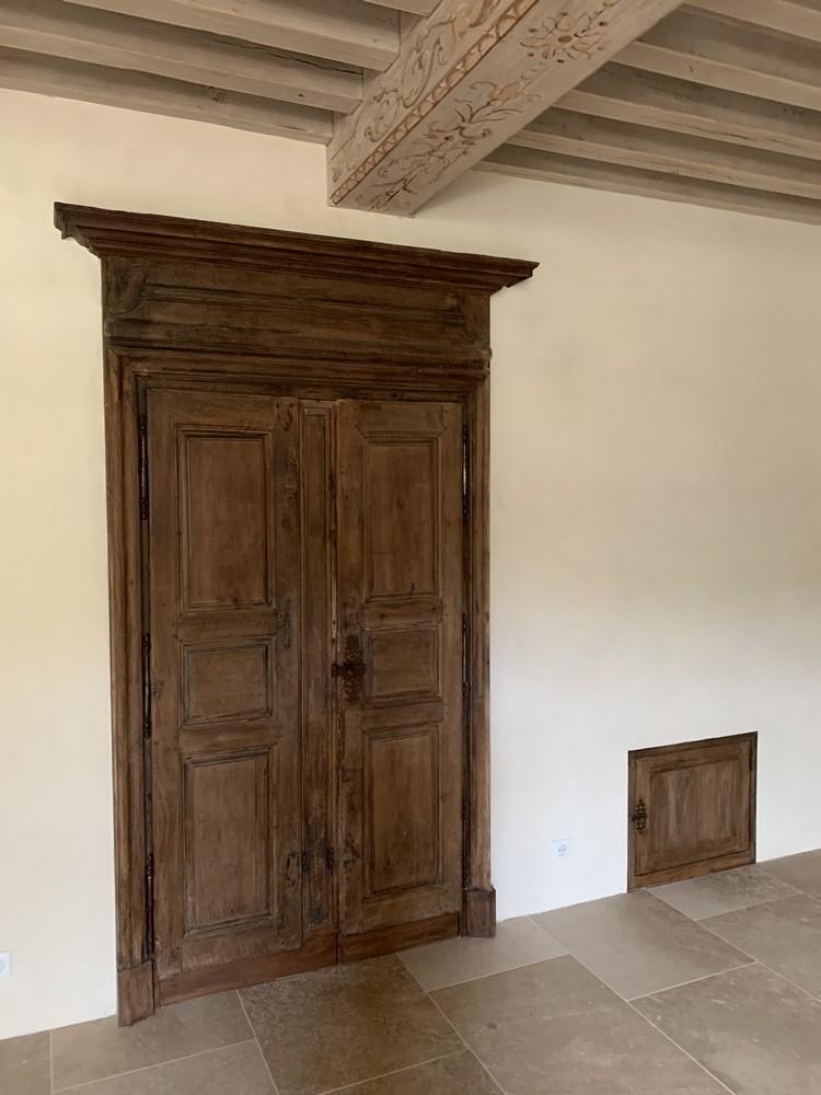 Restauration d'une porte monumentale et réfection de sa corniche à l'identique