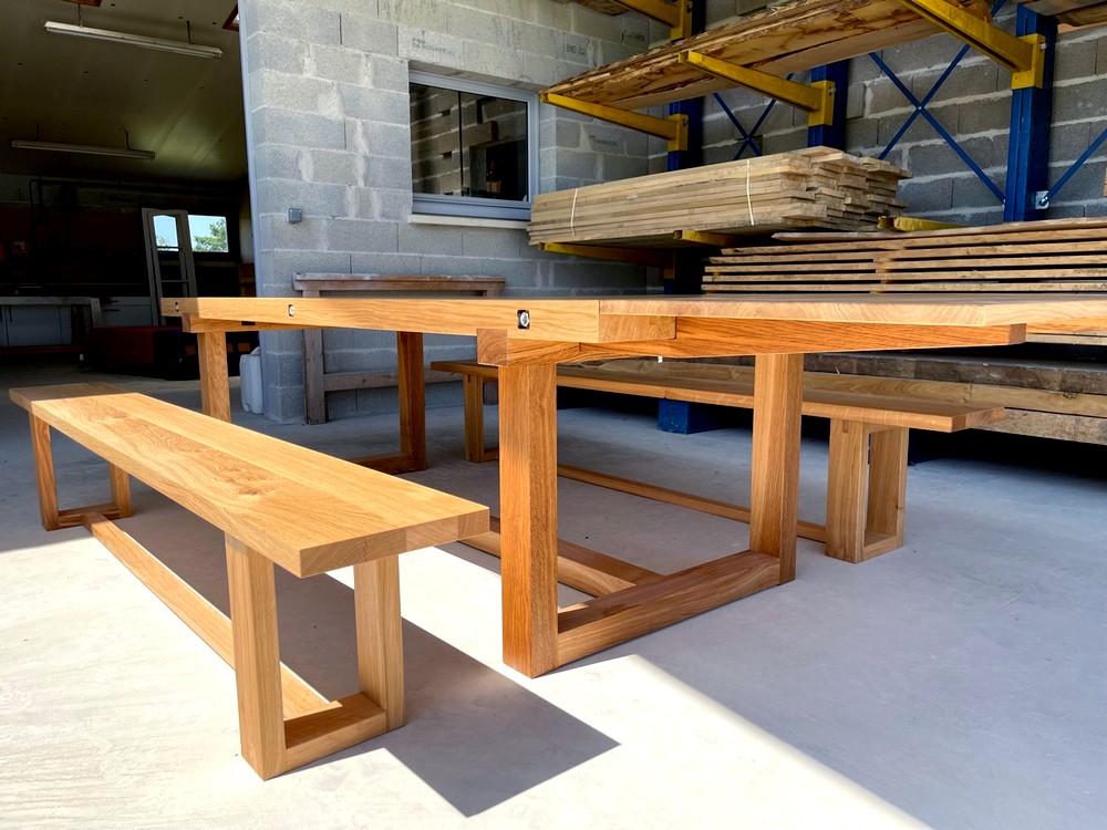 Table en chêne massif à piètement rectangulaire avec bancs et rallonge (1)