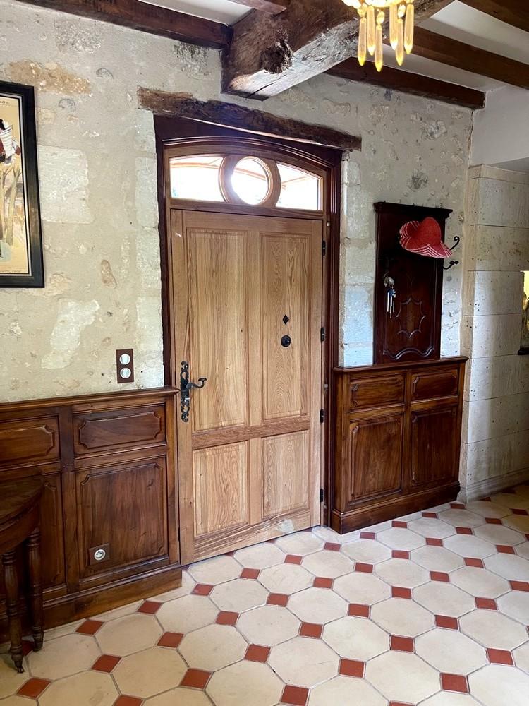 Vue intérieure porte d'entrée à panneaux double platebande et moulure petit cadre